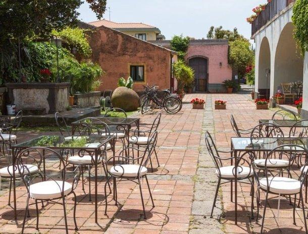 etna-hotel-giarre-sicilie-binnenplaats-terras.jpg