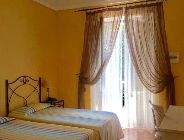 etna-hotel-giarre-sicilie-slaapkamer-geel.jpg