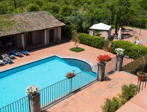etna-hotel-giarre-sicilie-zwembad-terras.jpg