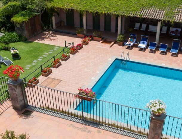 etna-hotel-giarre-sicilie-zwembad-ligstoelen.jpg