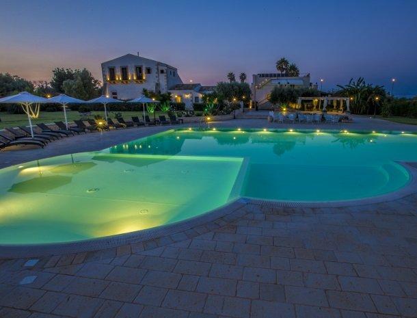 casal-sikelio-cassibile-sicilie-zwembad-avond.jpg