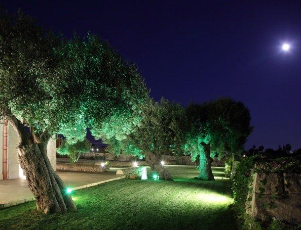 casal-sikelio-cassibile-sicilie-avond-tuin.jpg