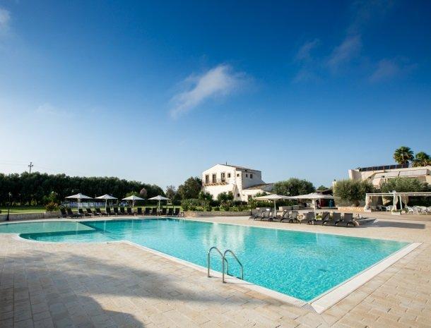 casal-sikelio-cassibile-sicilie-zwembad-overzicht.jpg