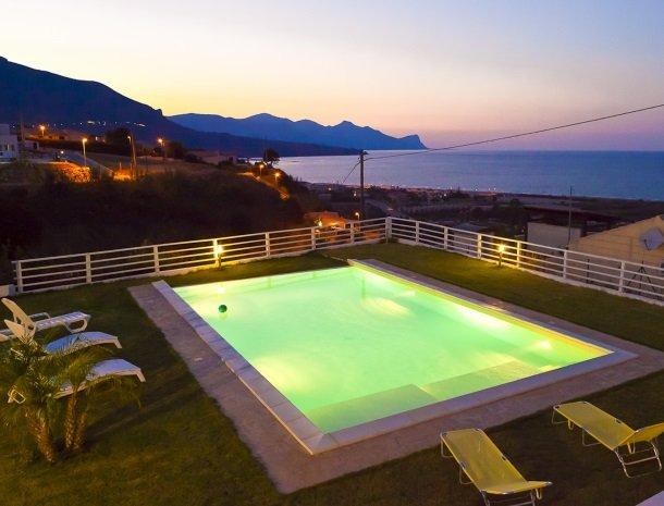 casa-azul-bed-and-breakfast-castellammare-del-golfo-zwembad-avond.jpg