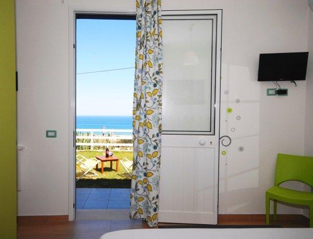 casa-azul-bed-and-breakfast-castellammare-del-golfo-kamer-tuin.jpg