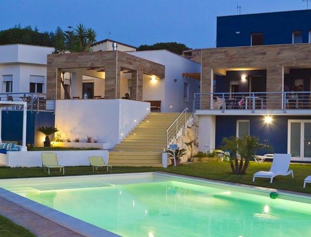 casa-azul-bed-and-breakfast-castellammare-del-golfo-zwembad-huis-avond.jpg