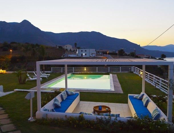 casa-azul-bed-and-breakfast-castellammare-del-golfo-zwembad-zithoek-avond.jpg