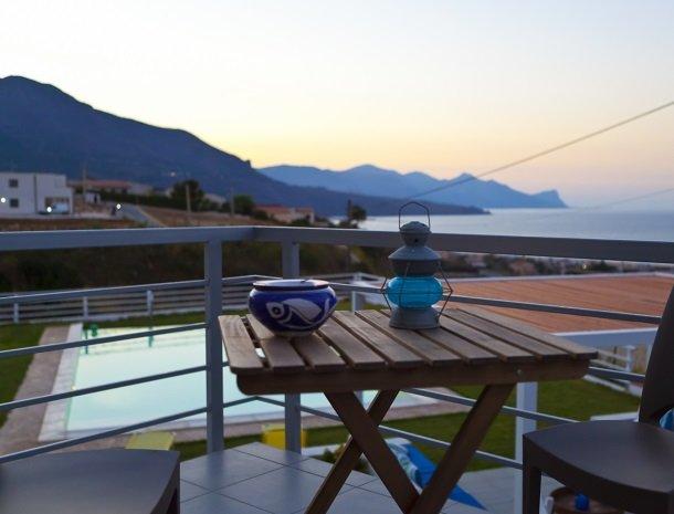 casa-azul-bed-and-breakfast-castellammare-del-golfo-terras-avond.jpg