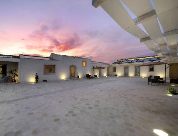addauro-resort-siracusa-sicilie-binnenplaats-schemer.jpg