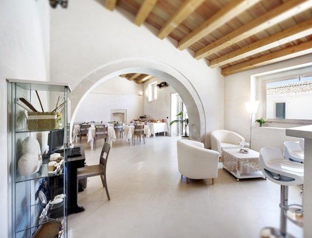 addauro-resort-siracusa-sicilie-bar-restaurant.jpg