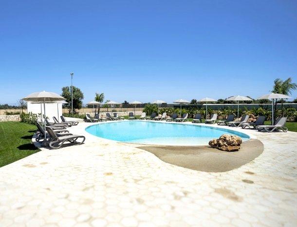 addauro-resort-siracusa-sicilie-zwembad-overzicht.jpg