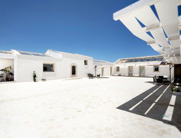addauro-resort-siracusa-sicilie-binnenplaats-zon.jpg