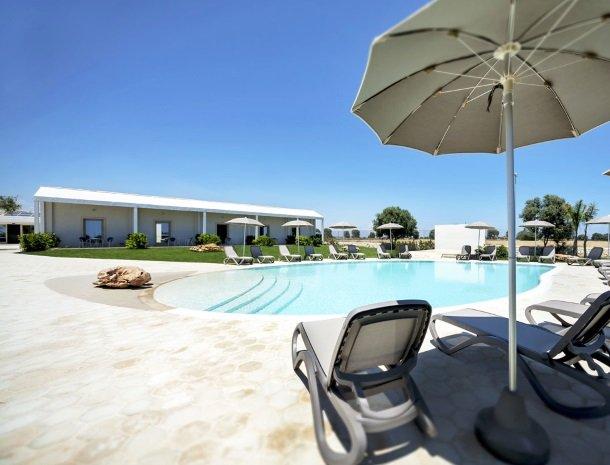addauro-resort-siracusa-sicilie-zwembad-ligstoelen.jpg