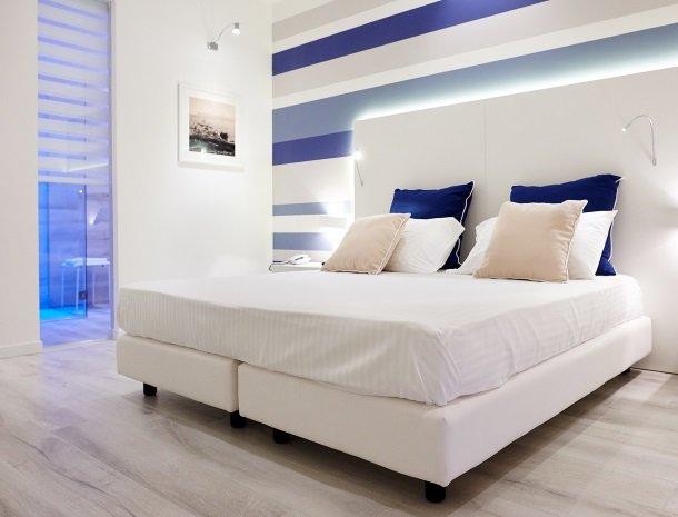 hotel-marina-di-petrolo-castellammare-del-golfo-slaapkamer-badkamer.jpg