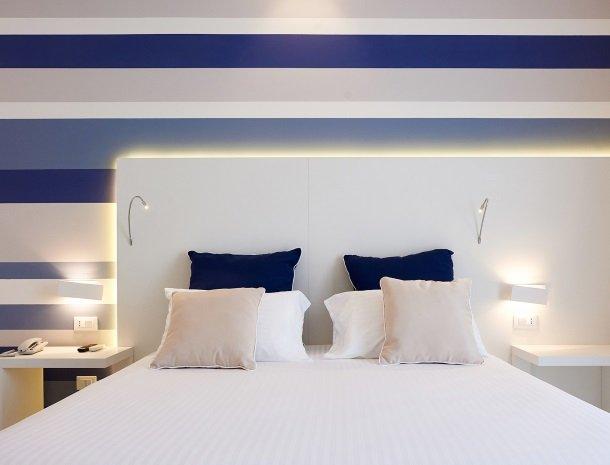 hotel-marina-di-petrolo-castellammare-del-golfo-kamer-bed-detail.jpg