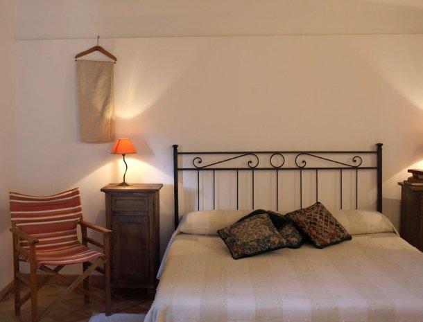 agriturismo-pozzo-di-mazza-siracusa-slaapkamer-stoel.jpg