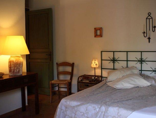 agriturismo-pozzo-di-mazza-siracusa-slaapkamer-bed-deur.jpg