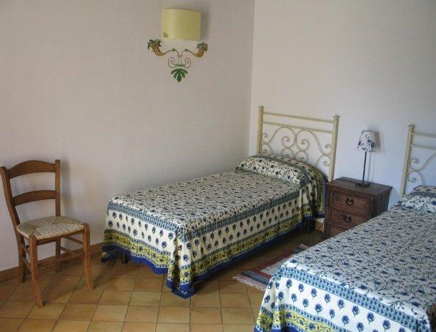 agriturismo-pozzo-di-mazza-siracusa-slaapkamer-2-bedden.jpg