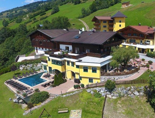 eggerhof-saalbach-overzicht-hotel-zwembad.jpg