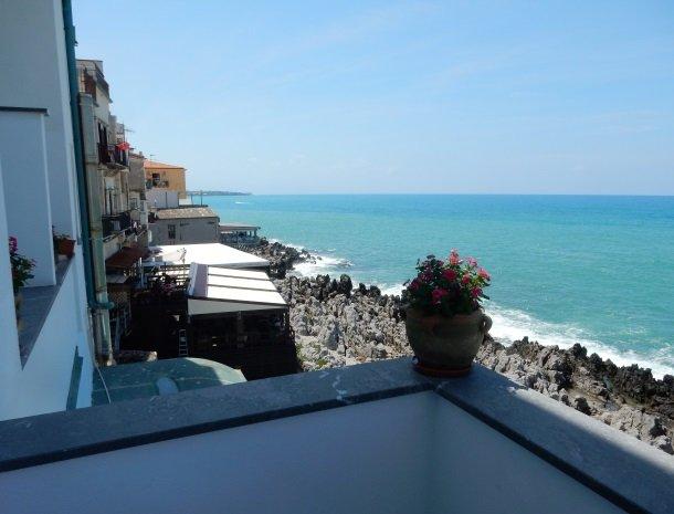 28 bed-and-breakfast-gafludi-cefalu-uitzicht-balkon.jpg
