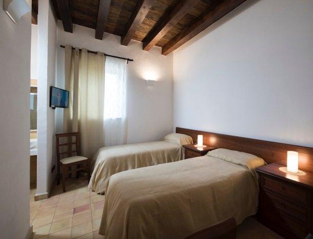 agriturismo-raffo-naro-sicilie-slaapkamer-losse-bedden.jpg