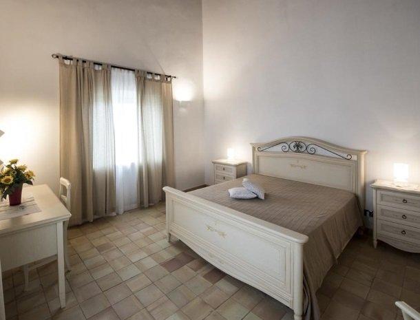 agriturismo-raffo-naro-sicilie-slaapkamer-bed-raam.jpg