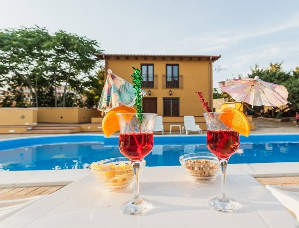 bed-and-breakfast-il-casale-di-federico-agrigento-zwembad-drankje.jpg