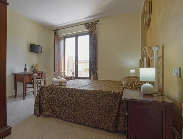 bed-and-breakfast-il-casale-di-federico-agrigento-slaapkamer-deur-raam.jpg