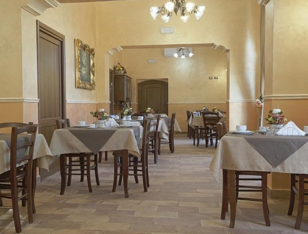 bed-and-breakfast-il-casale-di-federico-agrigento-ontbijttafels.jpg