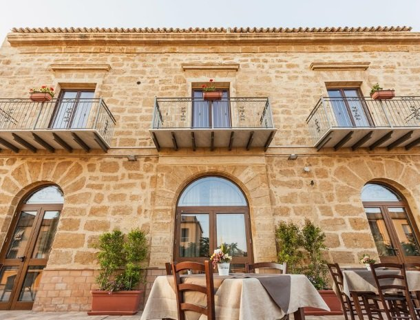 bed-and-breakfast-il-casale-di-federico-agrigento-ontbijt-buiten.jpg