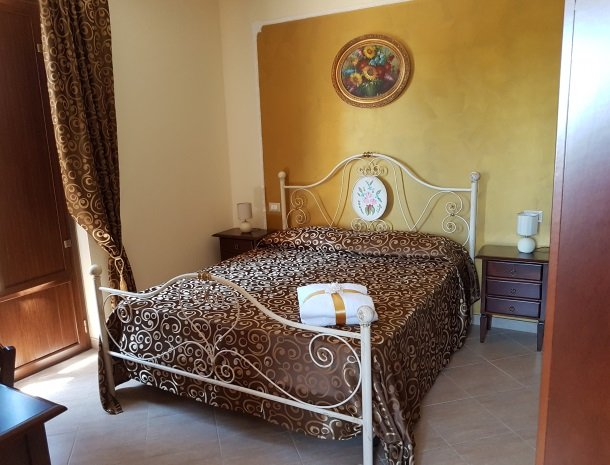 bed-and-breakfast-il-casale-di-federico-agrigento-slaapkamer-bed-klein.jpg
