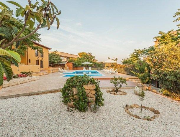 bed-and-breakfast-il-casale-di-federico-agrigento-tuin-zwembad.jpg