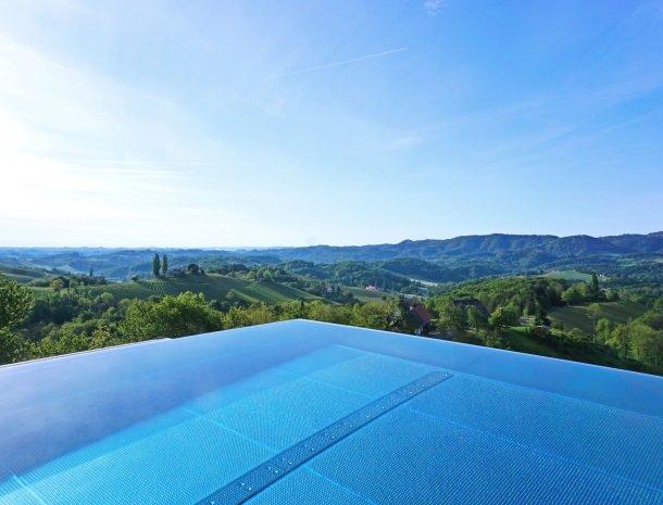 weingut-mahorko-steiermark-zwembad-uitzicht-wijngaarden.jpg