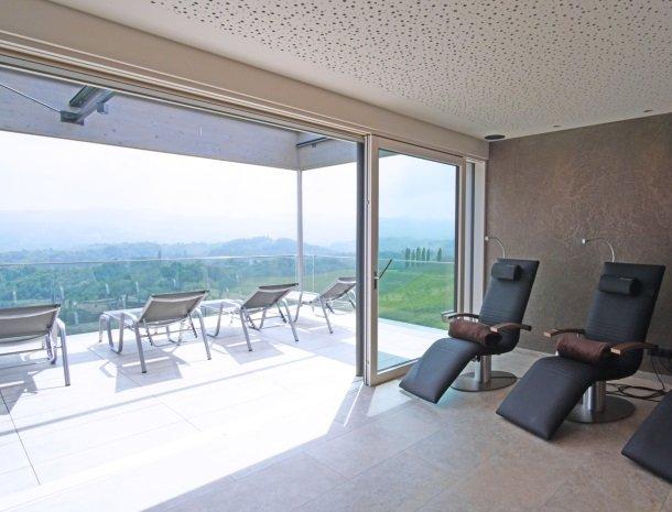weingut-mahorko-steiermark-wellness-relaxruimte-binnen-buiten.jpg