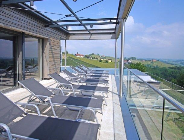 weingut-mahorko-steiermark-stoelen-uitzicht.jpg