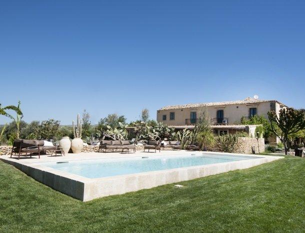 baglio-siciliamo-noto-zwembad-tuin.jpg