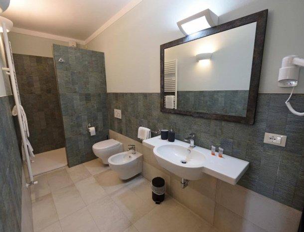podere-san-giusto-toscane-badkamer-modern.jpg