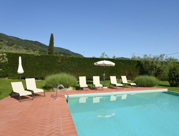 podere-san-giusto-toscane-zwembad-ligstoelen.jpg