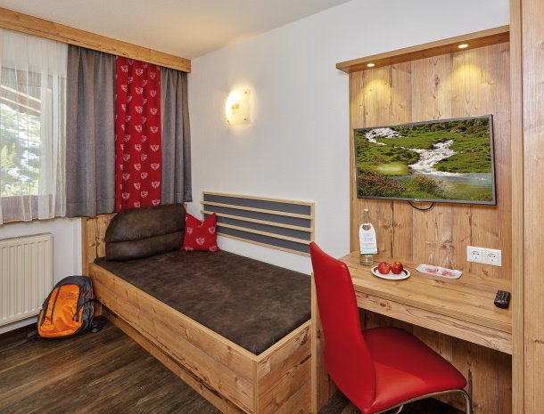 hotel-gundolf-pitztal-tirol-slaapkamer-buro.jpg