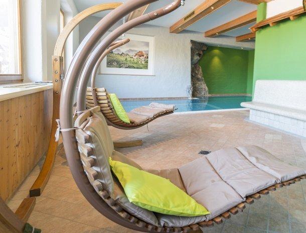 frohnatur-garni-hotel-thiersee-zwembad-schommelstoel.jpg