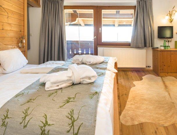frohnatur-garni-hotel-thiersee-slaapkamer-bed-tv.jpg