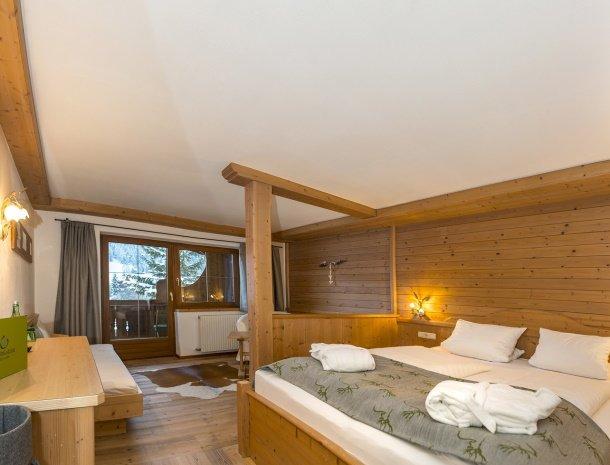 frohnatur-garni-hotel-thiersee-slaapkamer-bed.jpg