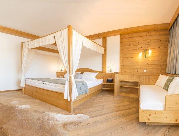 frohnatur-garni-hotel-thiersee-slaapkamer-hemelbed.jpg