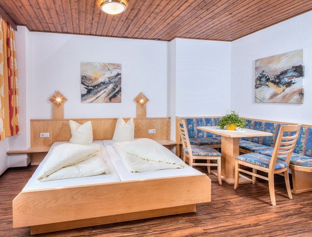 hotel-sailer-wenns-kinderhotel-kamer-bed-eethoek.jpg