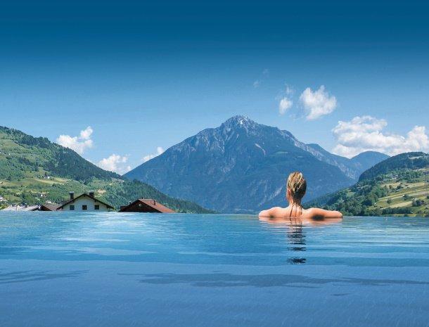 hotel-stefan-wenns-kinderhotel-zwembad-uitzicht.jpg