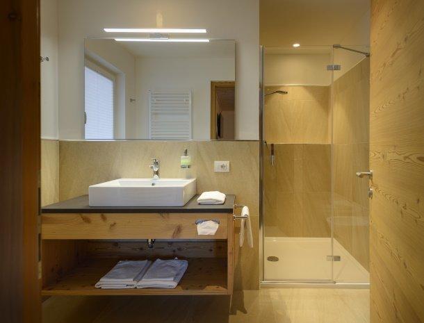 garni-august-ortisei-trentino-suite-badkamer.jpg