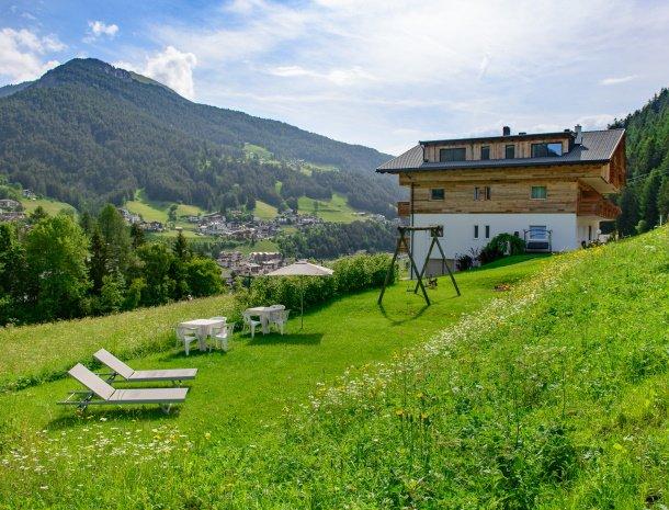 garni-august-ortisei-trentino-ligging-zomer-tuin.jpg