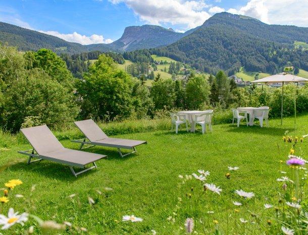 garni-august-ortisei-trentino-ligging-zomer-tuin-bergen.jpg