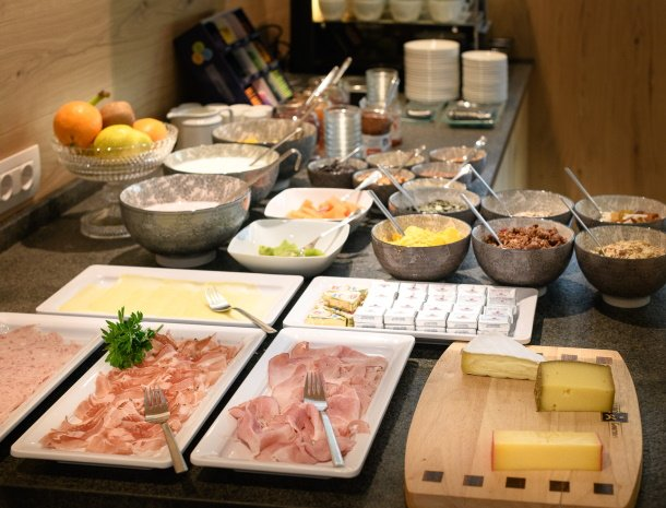 garni-august-ortisei-trentino-ontbijtbuffet-kaas.jpg
