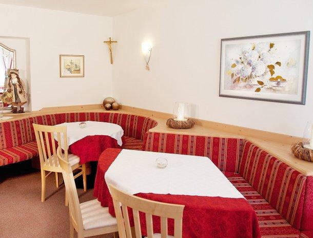 pension-larchenhof-naturns-ontbijtzaal-hoek.jpg